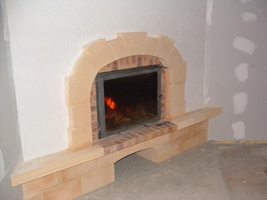 cheminee de face trou a feu  entourage pierre de dordogne