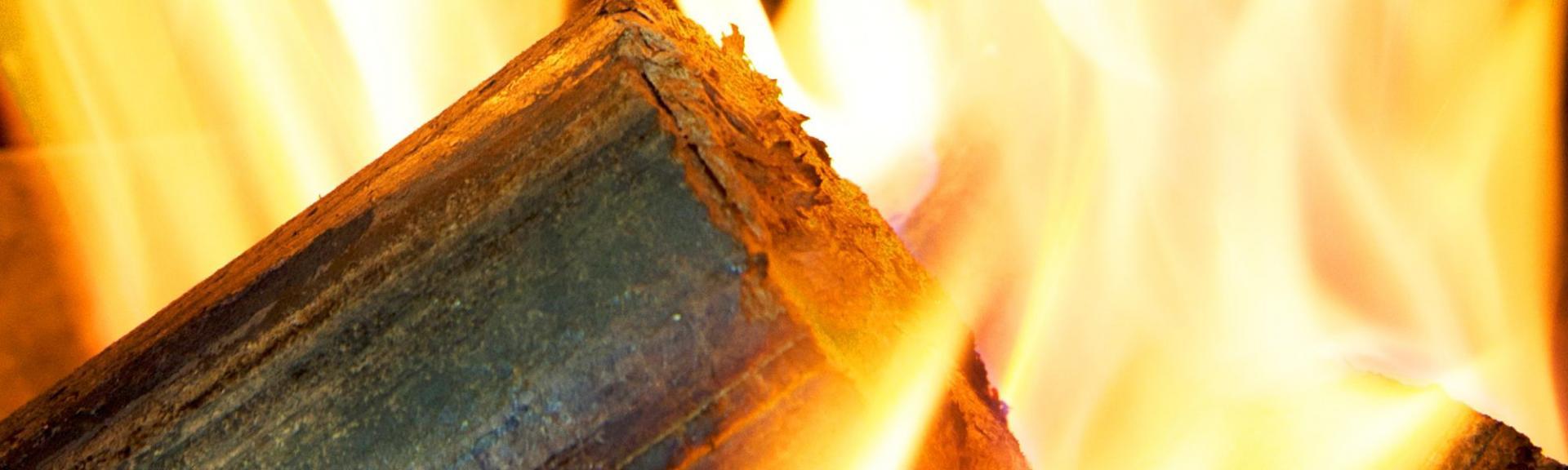 Buche bois densifie enflammee