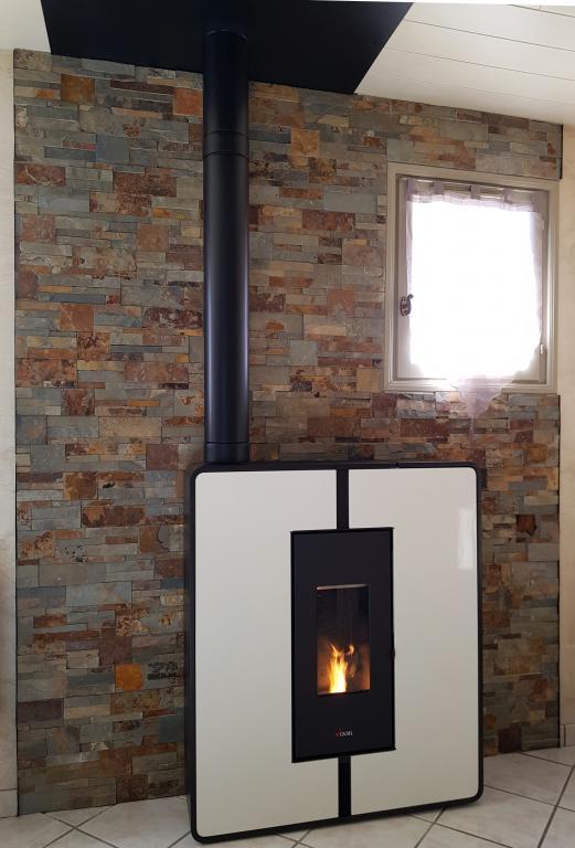 Poêle Cadel Tile 3+ 10,5 kW avec réfection mur et plafond suite enlèvement de l'existant