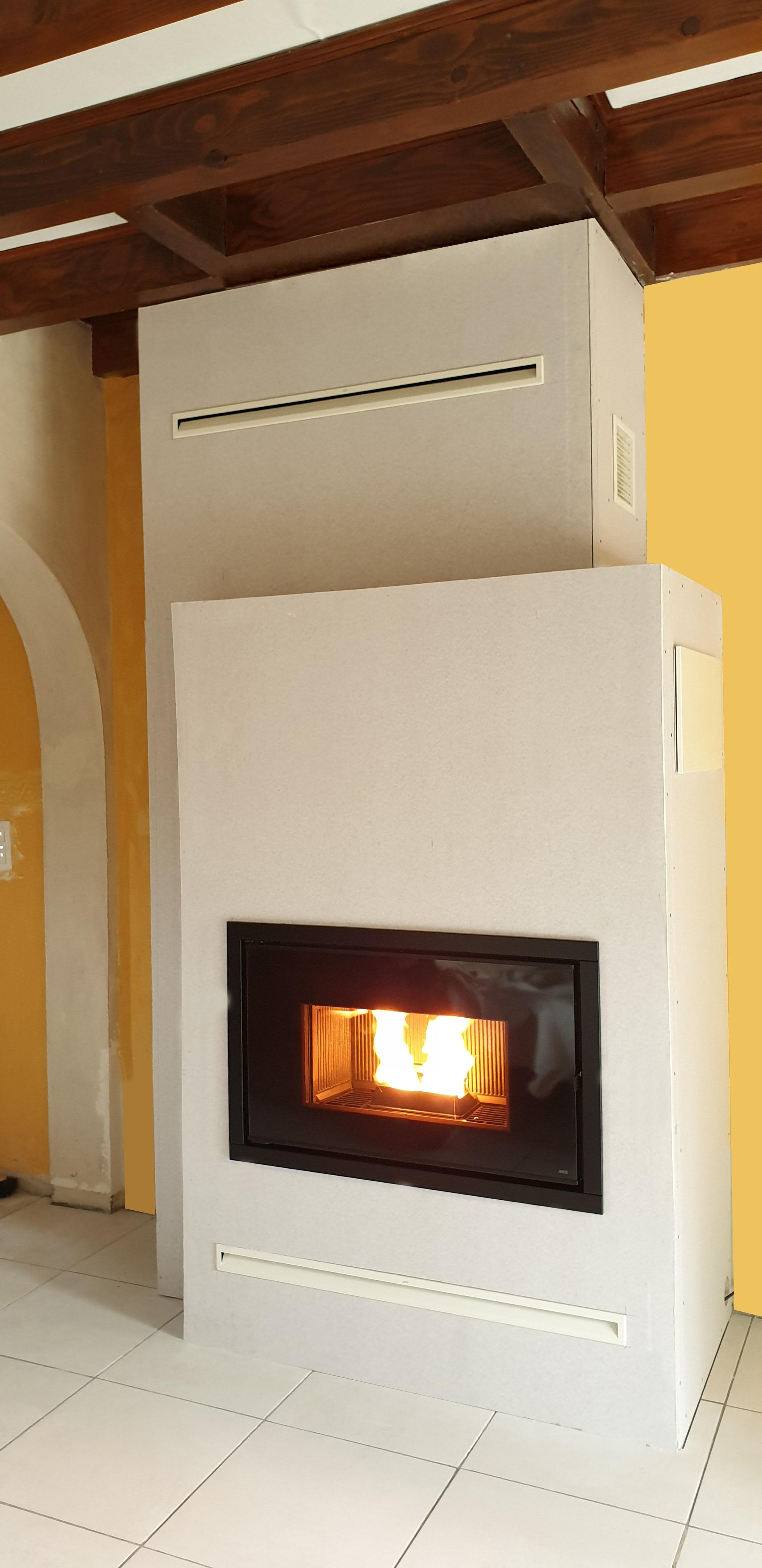 Foyer à granulé MCZ Vivo 90 10,5 kW avec décalage de hotte isolée