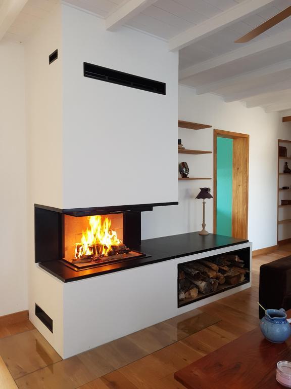 Foyer bois porte relevable, habillage granit et grand bûcher