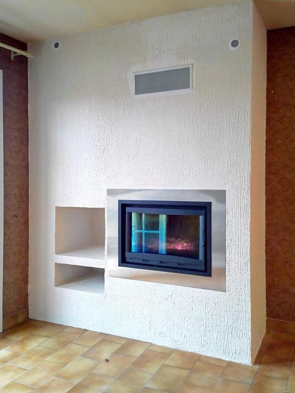 Trou à feu avec niche à bois et cadre inox