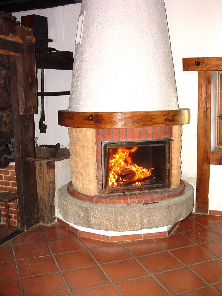 cheminée ronde sur pierre de moulin en base