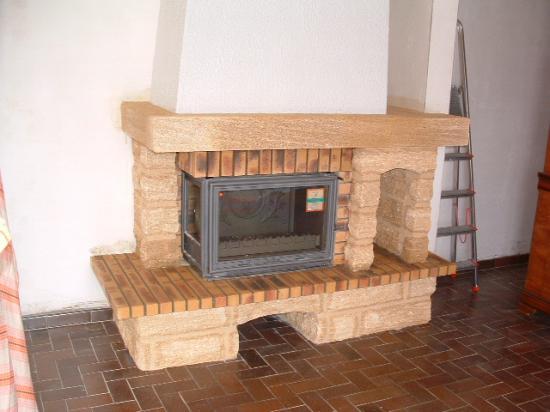 cheminee  en pierre du gard  avec foyer vitre laterale
