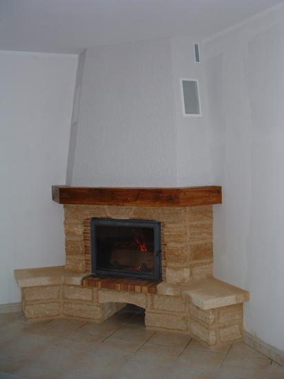 cheminee de coin en pierre du gard avec bancs