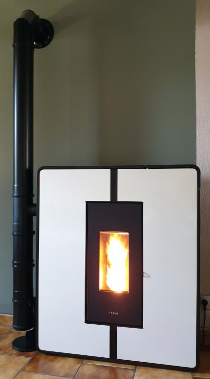 Poêle canalisable Cadel Tile 10kW / Ventouse horizontale sur mur non combustible A1M0